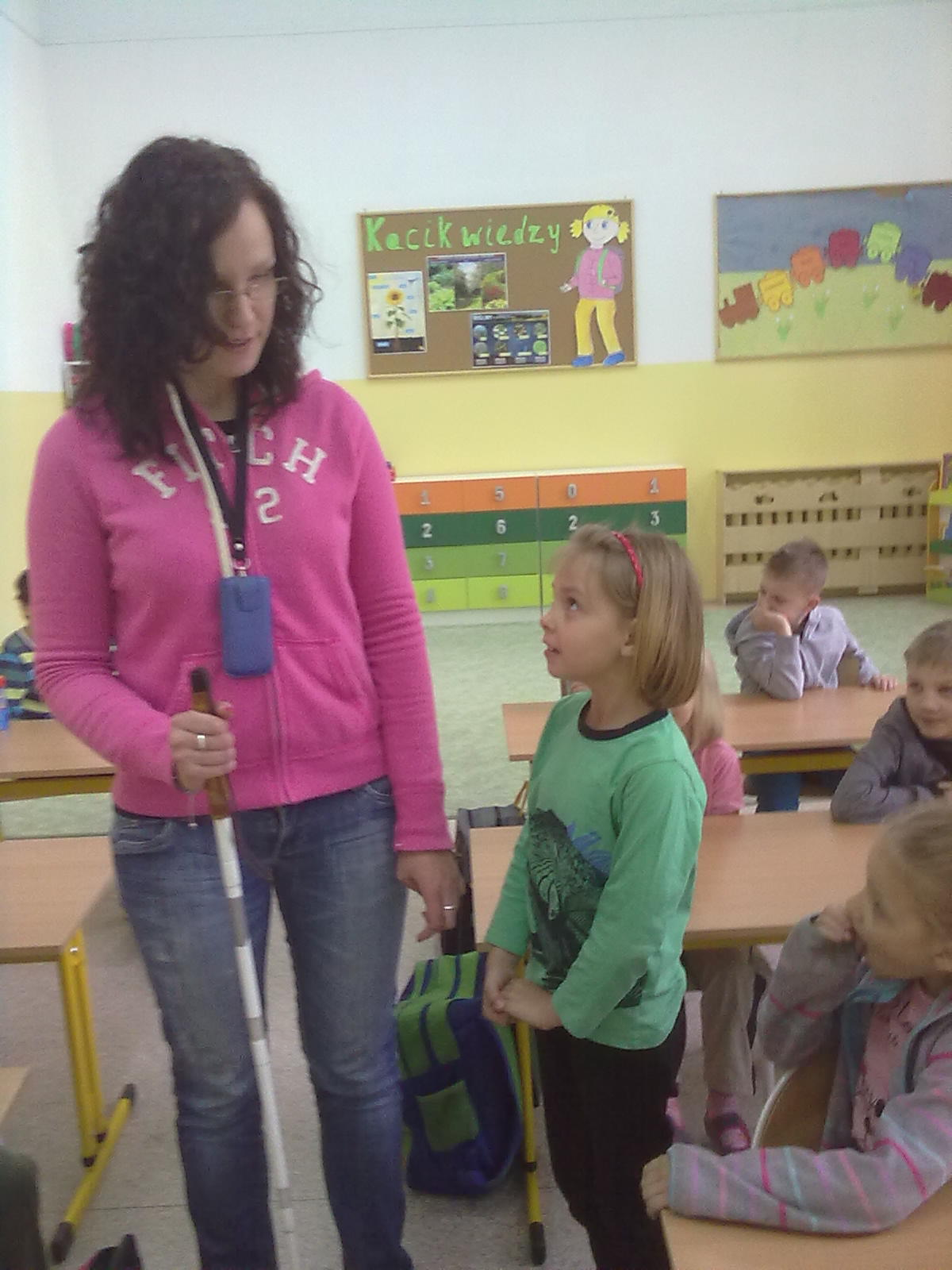 37186b721 Dowiedziały się jak można pomóc osobom niepełnosprawnym, np. niewidomym,  jaka jest rola psa przewodnika i czemu służy biała laska.
